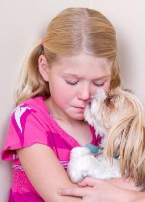 niña triste con perro
