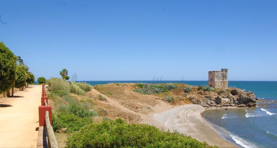 La Playa de la Sal se encuentra en Punta del Salto de la Mora, junto a la Torre de la Sal