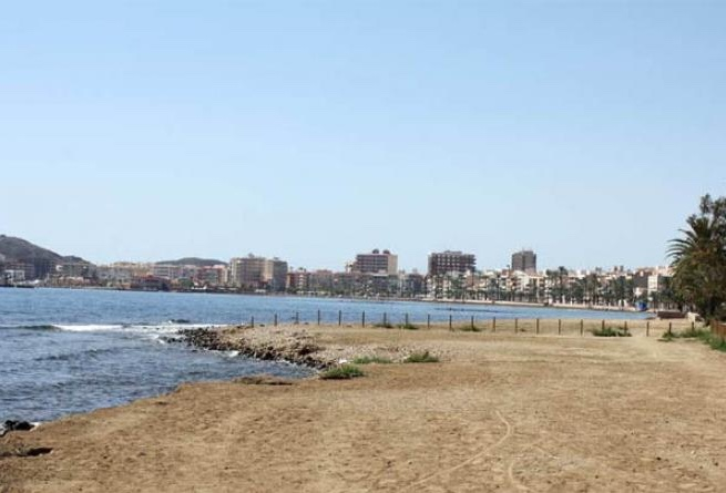 La Playa El Gachero es una playa urbana pedregosa situada junto al Puerto de Mazarrón donde podrás pasear con tu perro durante todo el año