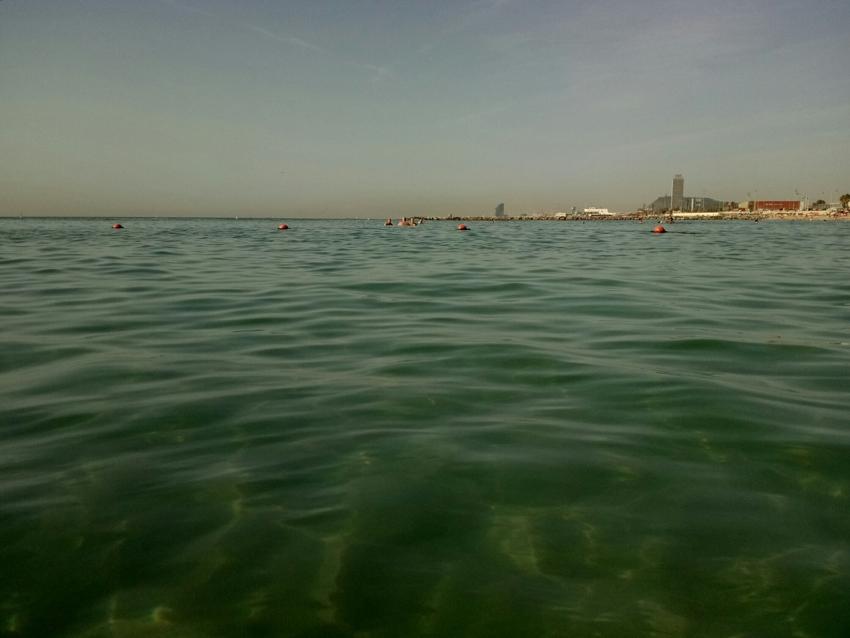 aguas limpias en la playa de llevant en barcelona