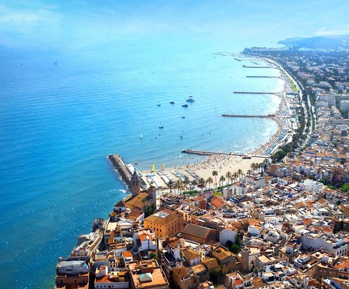 104 alojamientos que aceptan mascotas en Sitges donde disfrutar de este destino turístico de la provincia de Tarragona en la Costa Dorada