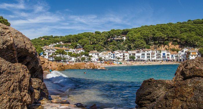 21 alojamientos en Sant Feliu de Guixols que aceptan mascotas para ir de vacaciones con tu perro en la Costa Brava