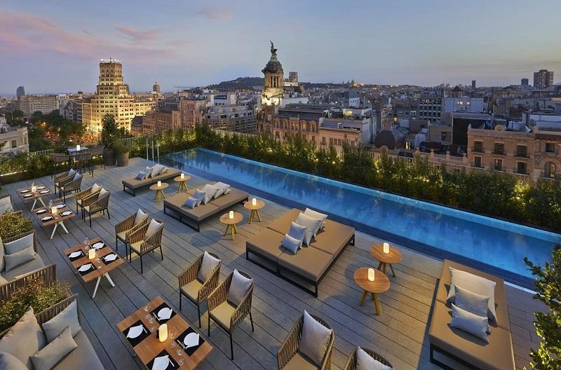 Hotel Mandarin Barcelona con unas impresionantes vistas desde la piscina