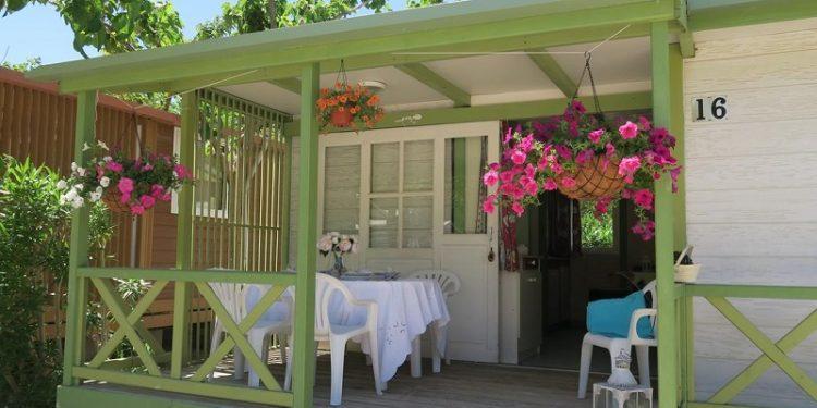 Porche amueblado en el camping para perros Azul en la población de Oliva