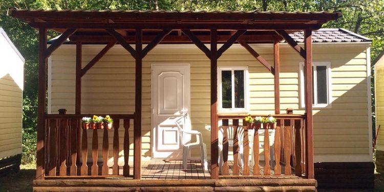 Foto del porche del bungalow de madera Camping Aigues Braves