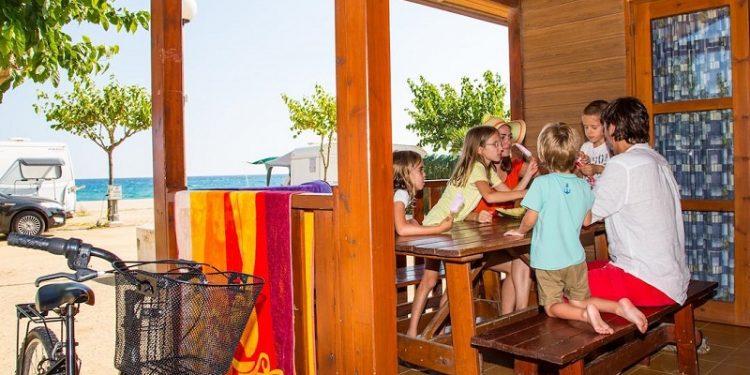 Bungalows de madera del camping Bon Repos en la provincia de Barcelona son ideales para ir con la familia y con tu perro de vacaciones