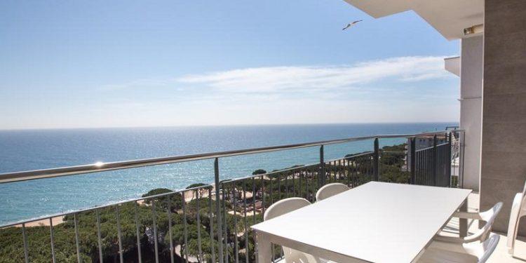 Apartamento para ir con tu perro en Girona donde puedes disfrutar de vistas al mar