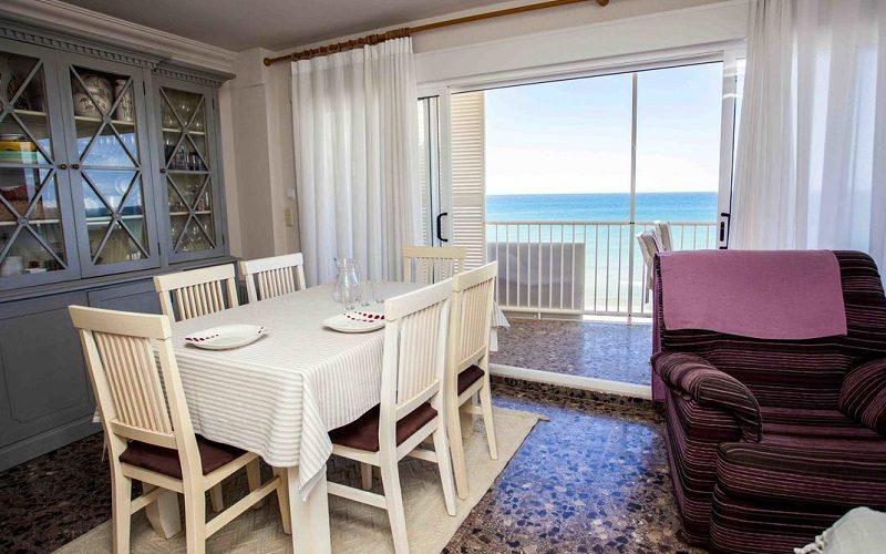Foto del interior de uno de los apartamentos que admiten perros gratis con vistas al mar en la provincia de Valencia