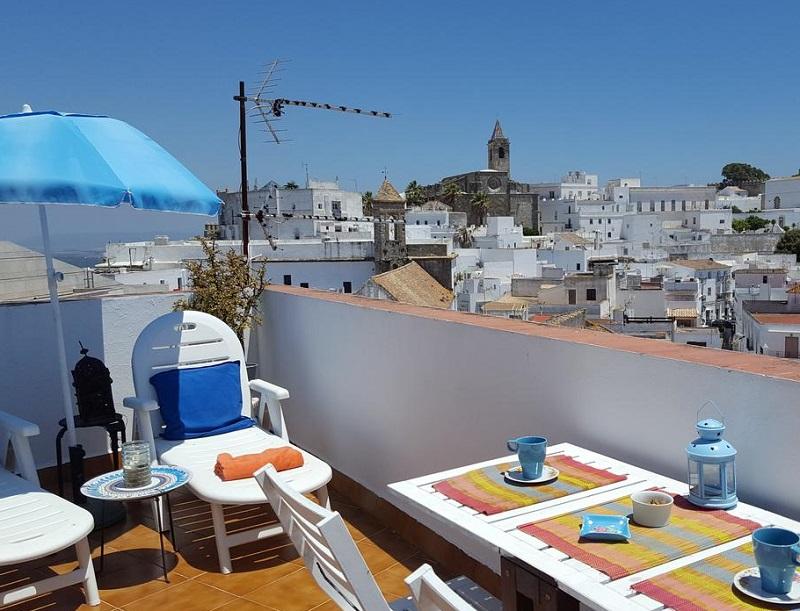 Foto de un apartamento con vistas a la ciudad de Vejer de la Frontera y donde te puedes alojar gratis con tu mascota
