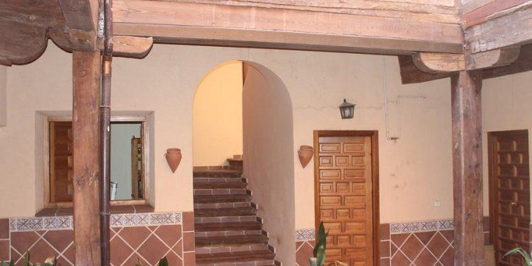 Foto del patio interior de un apartamento con mucho encanto en Toledo donde admiten perros GRATIS