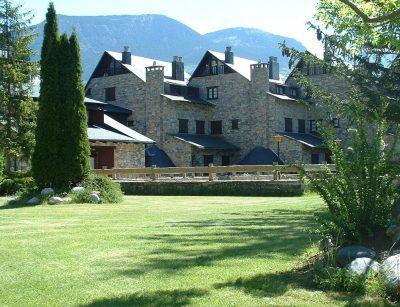 Foto del exterior y los jardines de unos apartamentos que admiten perros GRATIS en la provincia de Huesca ideales para disfrutar de la montaña y la naturaleza