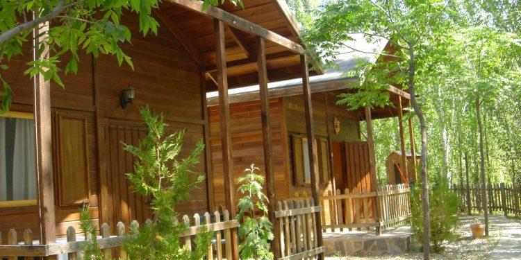 Foto del exterior de unos bungalows del Camping Alpujarras donde puedes ir con tu mascota