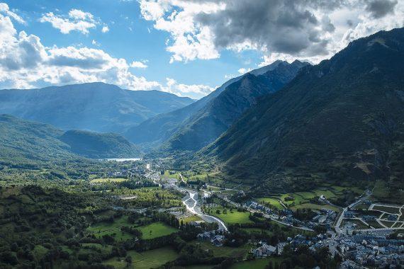 Foto de Benasque desde la montaña donde se aprecia la belleza del Valle en el que se encuentra