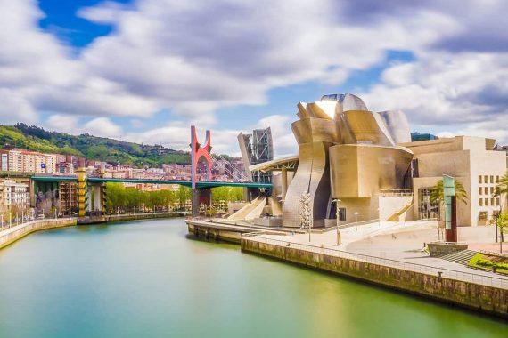 Foto de Bilbao desde el río con el Guggenheim de fondo