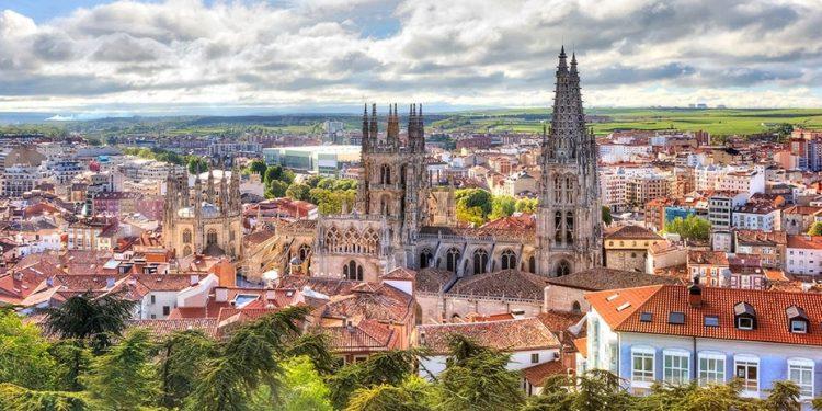 Foto con vistas a la ciudad y donde destaca la Catedral de Burgos por encima de las casas del casco viejo