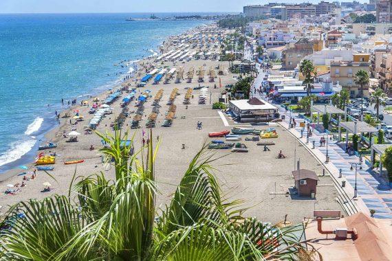 Foto de la playa de Torremolinos donde te puedes alojar muy cerca con tu perro