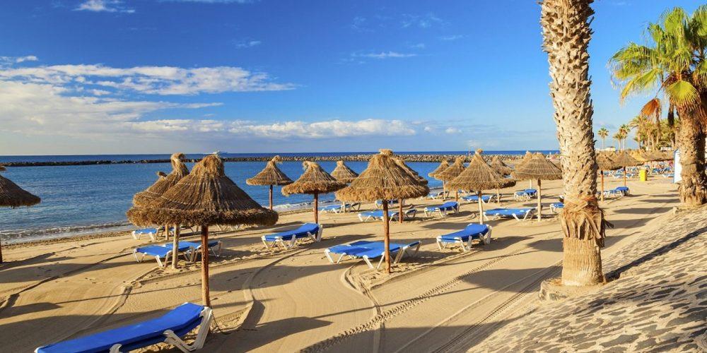 Foto de la playa en Los Cristianos donde puedes ir con tu mascota de vacaciones