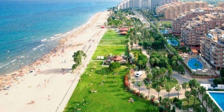 Foto de la playa en Oropesa del mar donde se encuentran algunos de los apartamentos que admiten perros que te mostramos