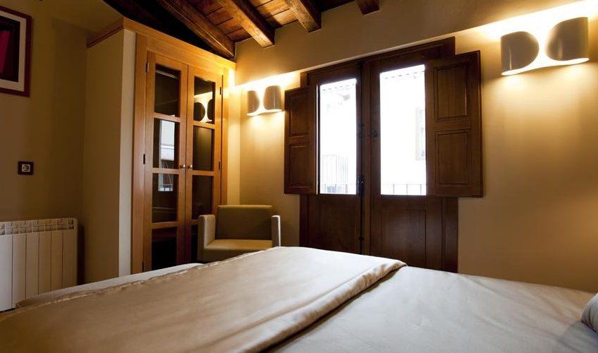Foto del interior del apartamento El Romero en Hervás donde dispones de un interior muy cuidado en el dormitorio
