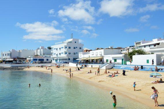 Foto de la playa de Corralejo donde tienes muchos alojamientos para ir con tu perro