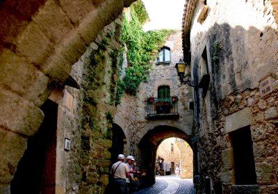 Foto de la población de Pals donde se ve la riqueza monumental de alguna de sus calles