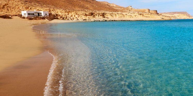 Foto de la playa de Vera donde se puede ver las aguas cristalinas de esta playa