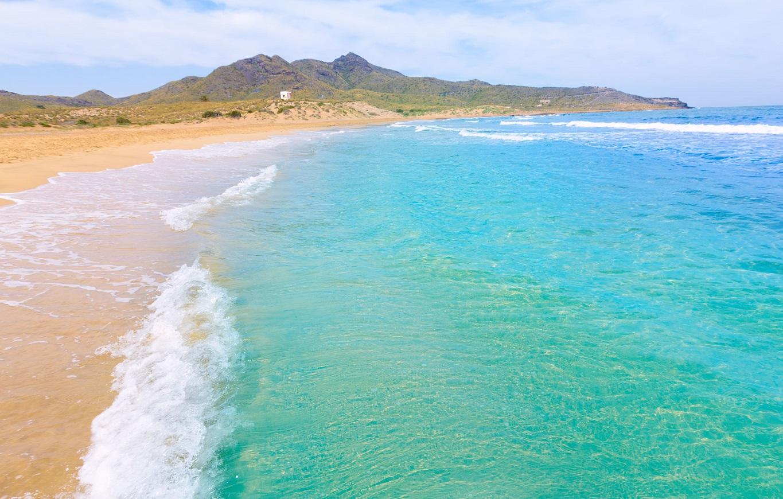 Foto de una playa de la Manga del Mar Menor donde se puede ver el azul turquesa de las aguas