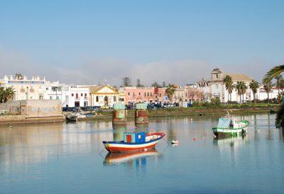 Foto del Puerto de Santa María donde podemos ver unos barcos de pesca