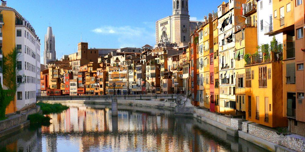 Foto del rio atravesando la ciudad de Girona