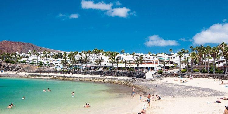 Foto de Playa Blanca donde se aprecia el color verde turquesa de las aguas y la pureza del agua