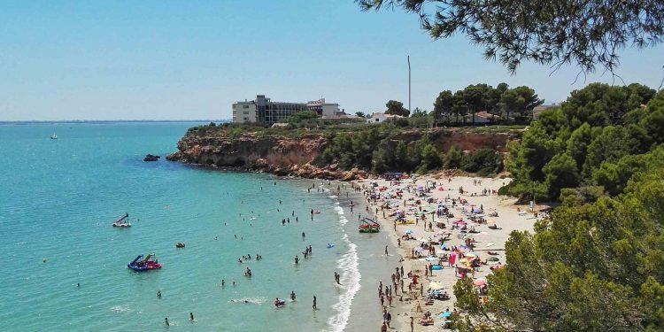 Foto de la playa en L'Ampolla donde se puede ver el color turquesa de las aguas cristalinas