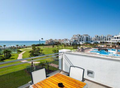 Foto de un complejo junto al mar en Estepona donde puedes encontrar muchos apartamentos que admiten perros