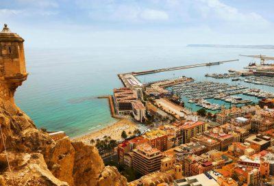Foto desde el Castillo de Santa Barbara donde puedes observar la playa y el puerto