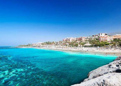 Foto de la playa de Adeje donde se puede ver las aguas cristalinas y puras de esta playa
