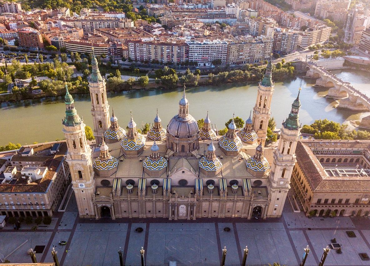 Foto desde el cielo donde se puede ver la Catedral de Zaragoza, el punte sobre el río y parte de la ciudad