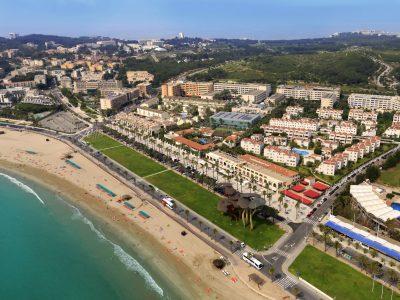 Foto desde el aire donde se puede ver el color verde turquesa de las aguas de la playa en La Pineda