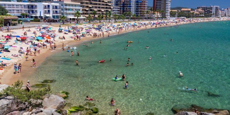 Foto de la playa en Calonge donde se puede observar que se trata de agua cristalina.