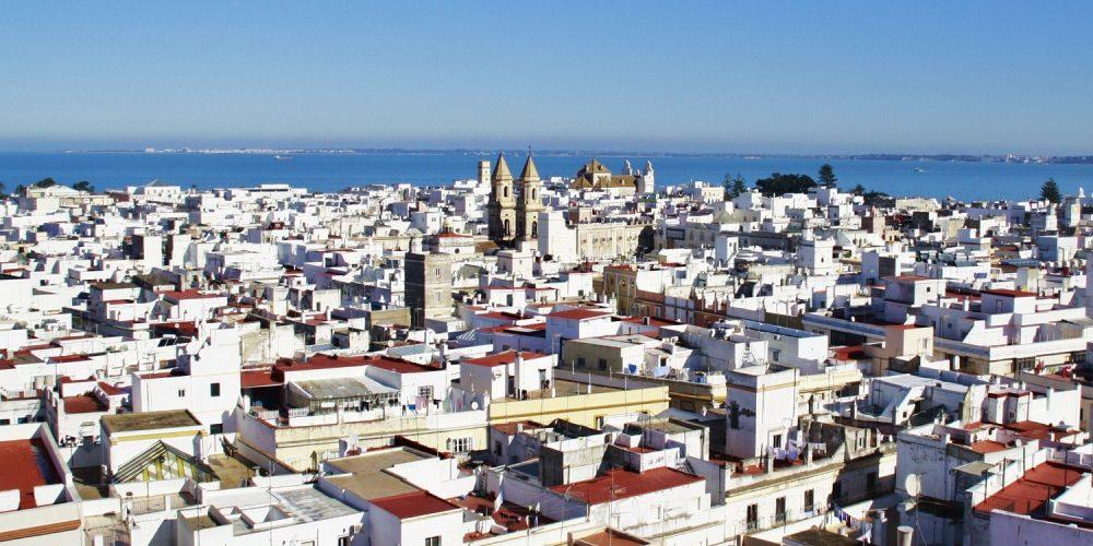 Foto aerea donde se puede ver el color blanco de las casas de la ciudad de Cádiz con el mar de fondo