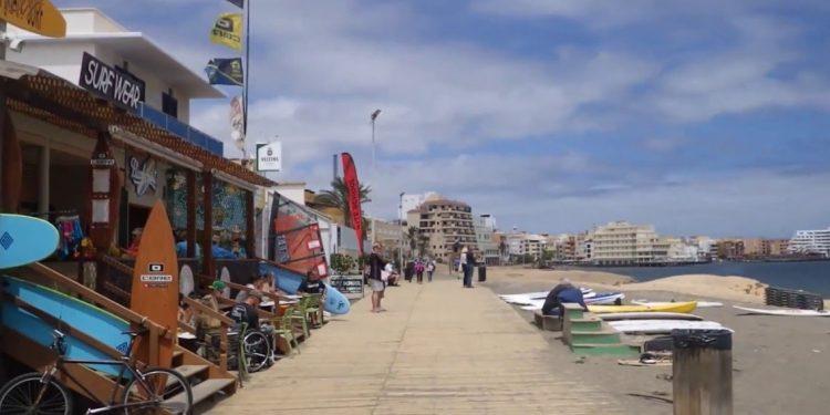 Foto de la playa en El Médano, un lugar muy turístico de Tenerife