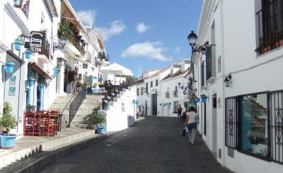 Foto de una de las calles de Mijas donde se puede ver el color blanco característico de sus calles