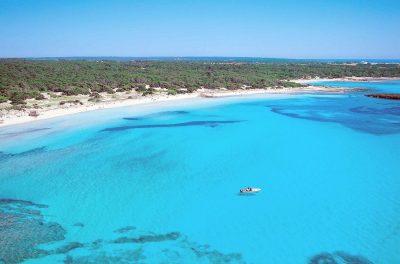 """Foto donde se puede ver el color azul turquesa de las aguas en la playa de """"es Trenc"""" en Campos"""