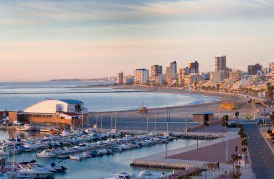 Foto del puerto de El Campello, el paseo junto al mar y la playa