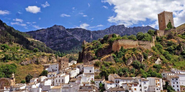 Foto de Cazorla desde lejos donde se puede ver todo el pueblo de blanco