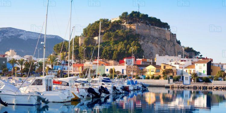 Foto de Els poblets donde se puede ver de fondo el castillo de Denia