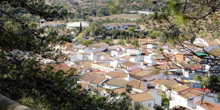 Foto del pueble de El Bosque en la provincia de Cádiz donde se aprecia el color blanco de las casas