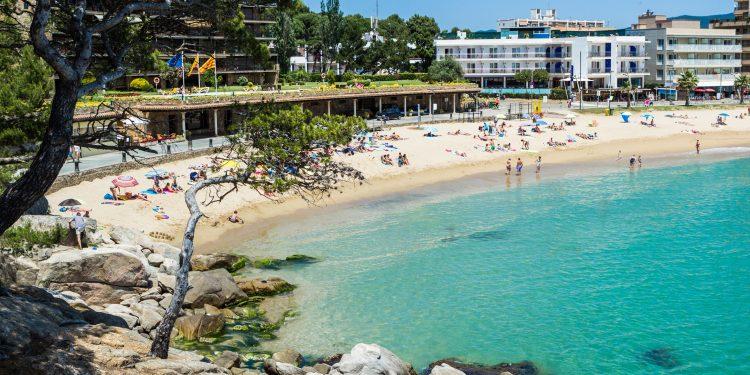 Foto de la playa en Sant Antoni de Calonge donde se puede ver el color azul turquesa del agua y lo cristalinas que son