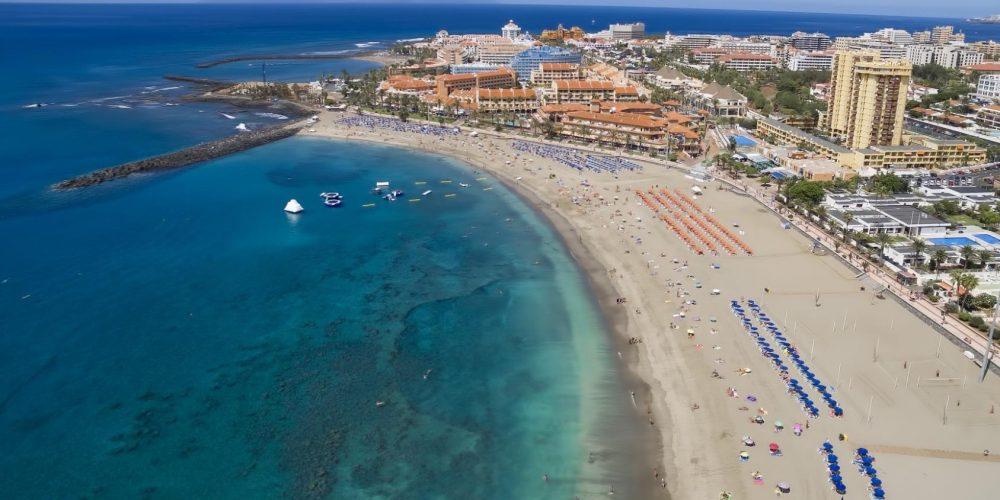 Foto desde el aire de la Playa de las Américas donde se puede ver el color claro de las aguas y el color marrón claro de la arena