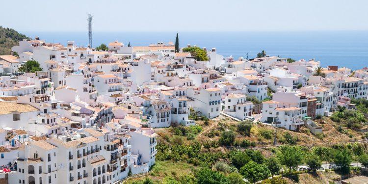 Foto de Frigiliana donde se puede ver el color blanco característico de sus casas al más puro estilo de pueblo andaluz