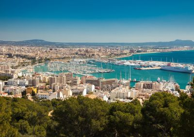 Foto de Palma de Mallorca donde se puede ver las casas por la costa, el mar y un crucero atracado