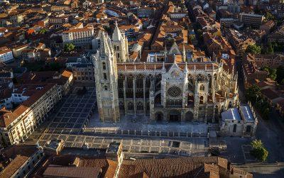 Foto desde el aire de la ciudad de León donde destaca sobre las casas la Catedral de León